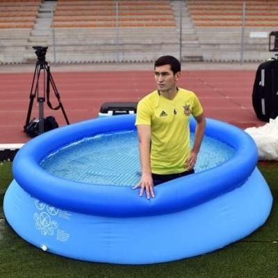 Евро-2016: Тарас Степаненко принимает ледяную ванну прямо на поле (фото)
