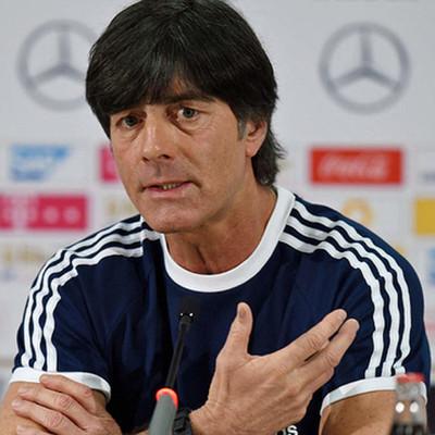 Тренер сборной Германии рассказал, почему он запустил руку в штаны