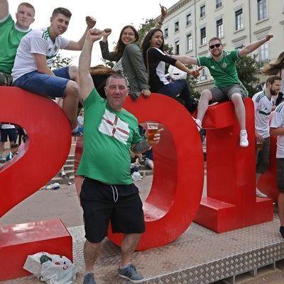Тысячи болельщиков Северной Ирландии будут болеть за свою команду (видео)
