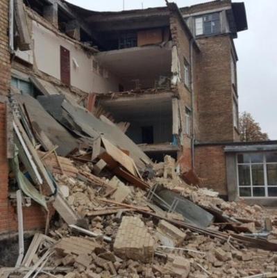 Во время уроков в Василькове обвалилась стена школы (фото)