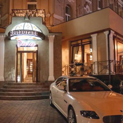 В центре Киева трактор развалил ресторан (фото)