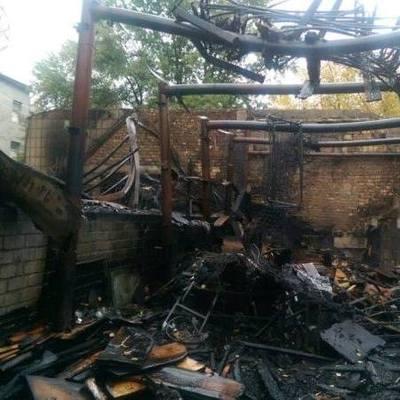 В Киеве едва не сгорела гимназия из-за пылающего мебельного цеха