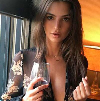 Эмили Ратаковски порадовала фанатов снимками в прозрачном халате (фото, 18+)