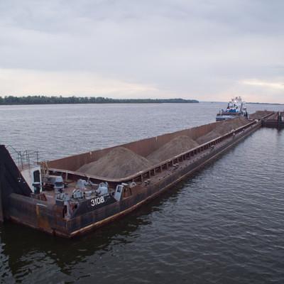 Бомжи-пираты отправились в плавание по Москве-реке на угнанной барже