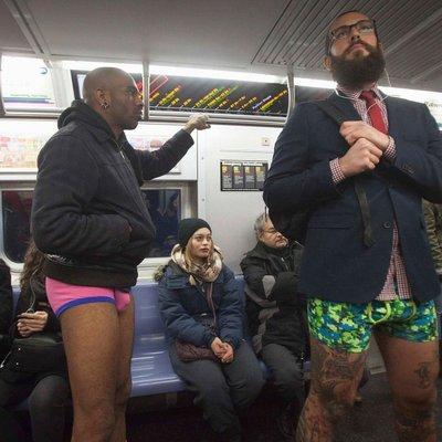 В метро без штанов: активисты провели смешной флешмоб (фото)