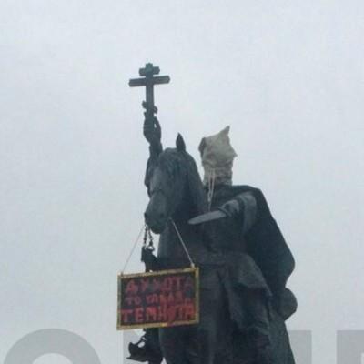 Кто надел мешок на голову памятнику Ивану Грозному в РФ: полиция задержала «преступника» (фото)
