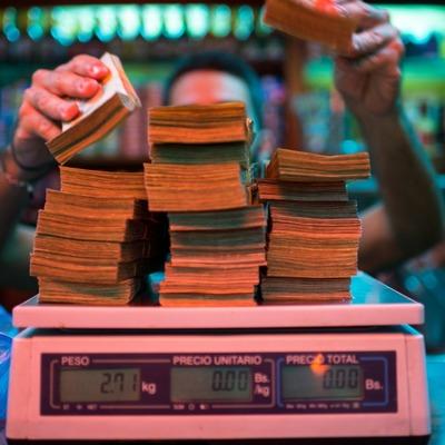 Ждите скоро в Украине: из-за гиперинфляции в Венесуэле деньги начали считать на вес (видео)