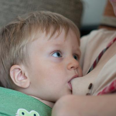 Женщина публично кормит 4-летнего сына грудью и призывает других последовать ее примеру (видео)