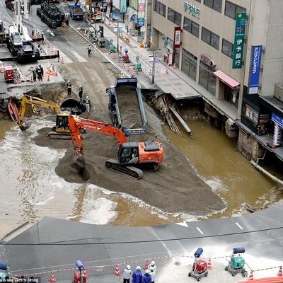 В Японии огромную пропасть посреди шоссе отремонтировали за 48 часов (фото)
