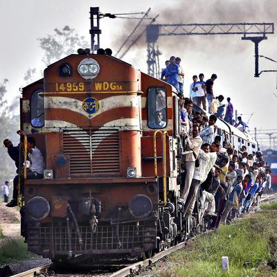 В Индии произошло масштабное крушение поезда, много погибших (Фото)