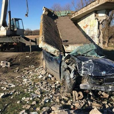 Под Киевом на девушку в BMW упала бетонная остановка (фото)