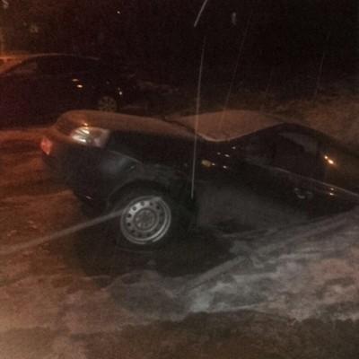 В Уфе не смогли найти машину, утонувшую в яме на парковке (видео)