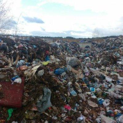 В село под Киевом свезли тонны львовского мусора