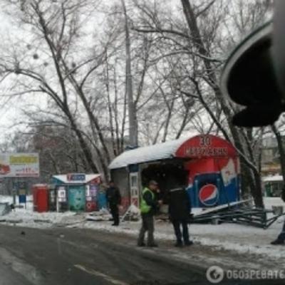 Сегодня в Киеве грузовик снес остановку: 10 человек пострадали