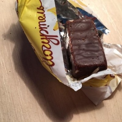 Во Львове в супермаркетах продают шоколадные конфеты с червями (фото)