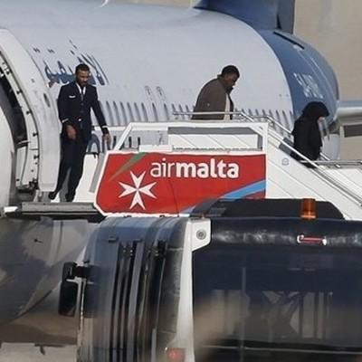 Угонщики ливийского самолёта отпустили всех заложников и сдались
