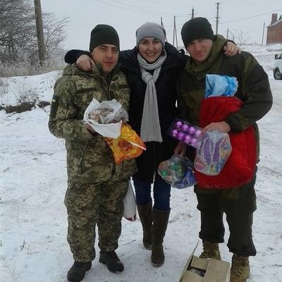 «О них никто бы не вспомнил»: волонтеры порадовали подарками детей в зоне АТО (фото)