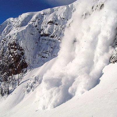 В Закарпатье из-за сильного снегопада на автодороги сошли две лавины (видео)