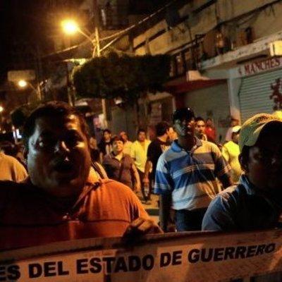 В Мексике протестующие на авто протаранили группу полицейских (видео)