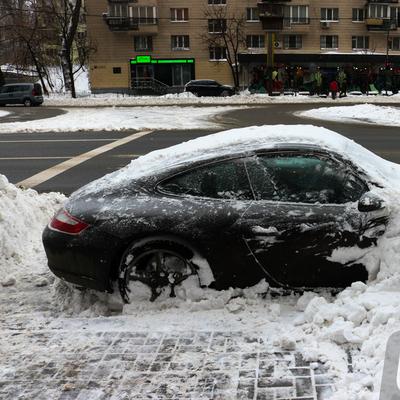Снегоуборочная техника «закопала» в Киеве дорогой автомобиль