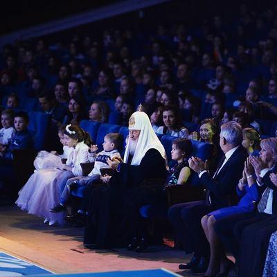 Сети позабавили «случайные» фото главы РПЦ с его массовкой