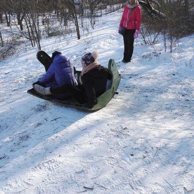 Одесситы используют крышку от мусорного бака в качестве саней (фото)