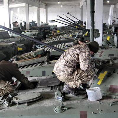Вернувшиеся из АТО военные 28 бригады восстанавливают боевую технику