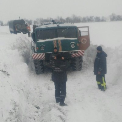 Дети оказались в снеговой ловушке под Запорожьем (Фото)