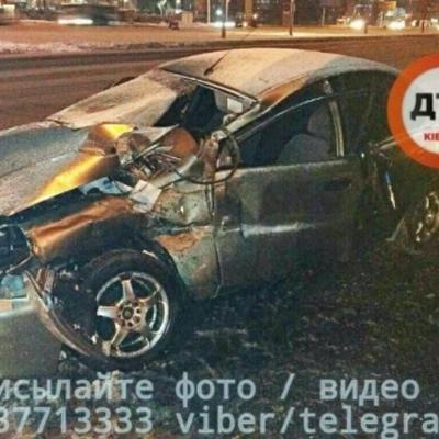 В Киеве авто на большой скорости протаранило грузовик: двое пострадавших