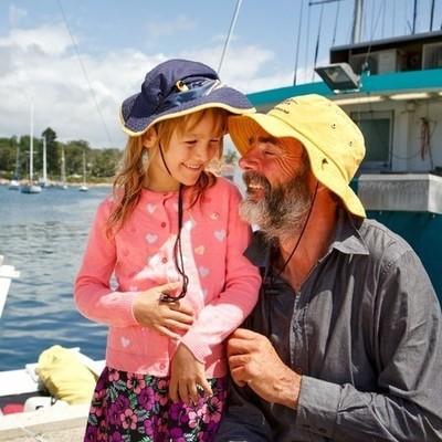 Отец и дочь провели 27 дней в море на сломанном катамаране (фото)