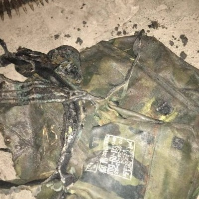 На Донбассе в серой зоне нашли обгоревший ранец российского военного (фото)