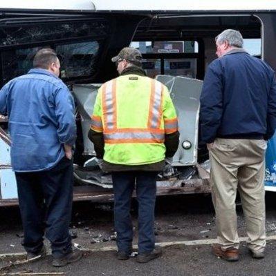 Впечатляюще и страшно: Фургон влетел в автобус с людьми (Видео)