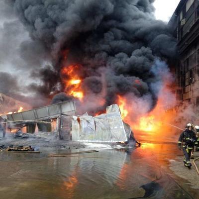 В Киеве на Подоле горит судоремонтный завод (фото)