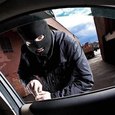 Автомобильные воры средь бела дня ограбили машину (ВИДЕО)