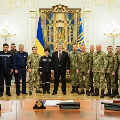 Порошенко наградил бойцов ВСУ и сотрудников ГСЧС за Авдеевку