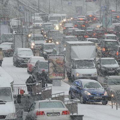 Небольшой снег в Киеве снова стал причиной 7-балльных пробок
