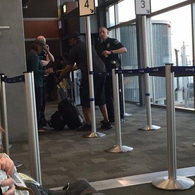 В США женщину-пилота сняли с рейса после её выступления в салоне на тему развода и выборов (видео)