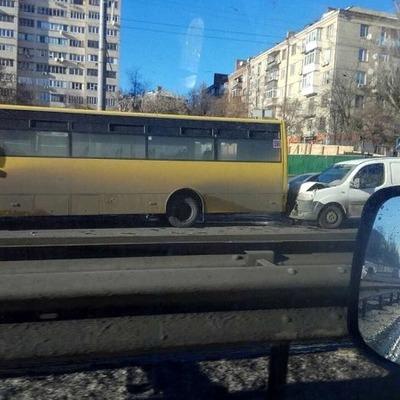 Автомобиль врезался в автобус в Киеве (фото)