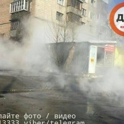 В Киеве целый квартал залило кипятком из-за прорыва трубопровода (фото, видео)