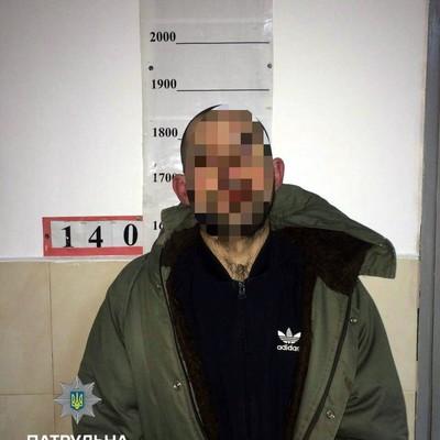 В Киеве мужчина бросался с топором на людей
