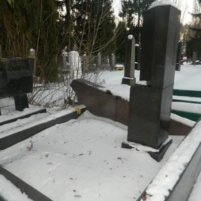В Киеве мужчина похитил бронзовые бюсты с военного кладбища