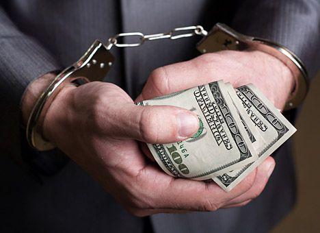 Трьох фіскалів затримали за корупцію
