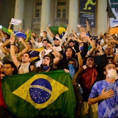 Стычки бразильцев с полицией попали на камеру (видео)