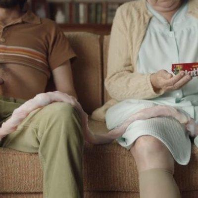 «Отвратительной и мерзкой» назвали рекламу конфет Skittles про пуповину (фото)