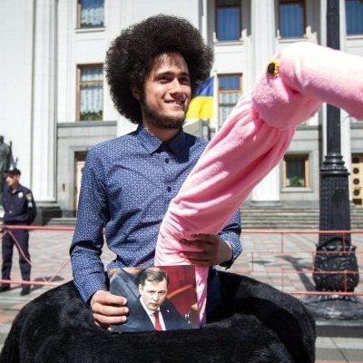 Под Верховной Радой прошел парад розовых страусов (фото)