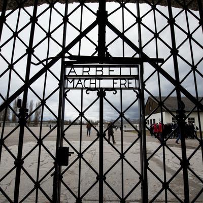 На известный фастфуд подали в суд за рекламу на территории концлагеря