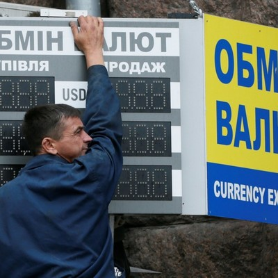 Гривня на межбанке уступила доллару пару копеек