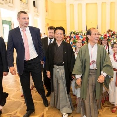 Кличко вместе с мэром Киото открыл Сад камней и высадил сакуры в обновленном парке Киото