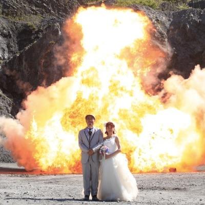 Пара из Японии устроила свадебную фотосессию на фоне взрывов (Видео)