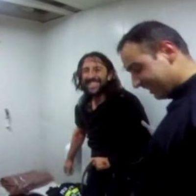 Мужчина застрял в унитазе, пытаясь достать телефон: понадобилась бригада спасателей (Фото)